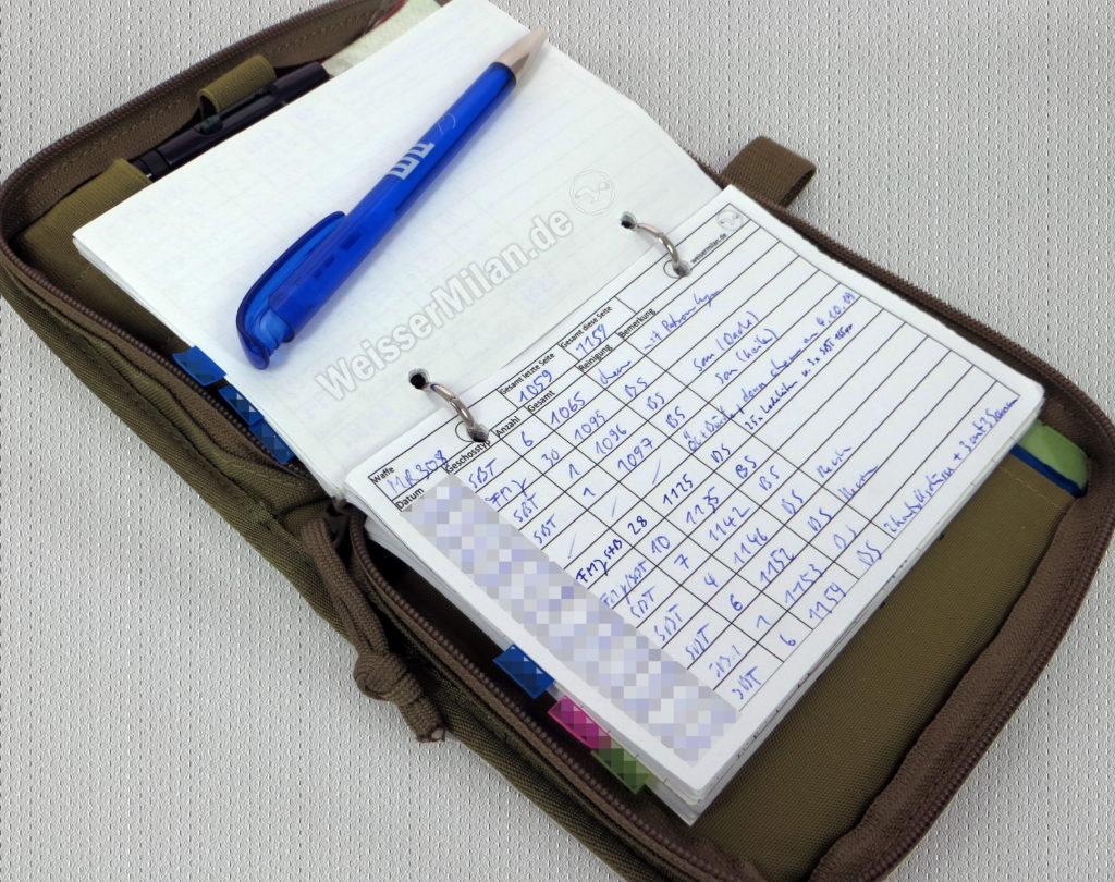 Beispiel eines Datenbuchs inkl. Rohrbuch. Für die einzelnen Waffen ist es mit Haftmarkern als Register unterteilt.